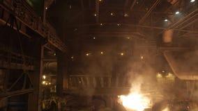 Alto-forno na planta metalúrgica video estoque