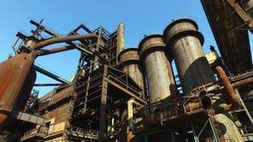 Alto-forno na planta metalúrgica velha filme