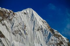 Alto ghiacciaio della montagna della neve ad una sommità nella regione di Tian Shan Immagine Stock Libera da Diritti