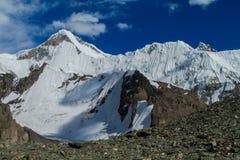Alto ghiacciaio della montagna della neve ad una sommità nella regione di Tian Shan Fotografie Stock Libere da Diritti