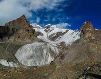 Alto ghiacciaio della montagna della neve ad una sommità in Tian Shan Fotografia Stock