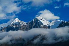 Alto ghiacciaio della montagna della neve nella regione di Tian Shan Fotografia Stock