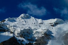 Alto ghiacciaio della montagna della neve nella regione di Tian Shan Immagine Stock