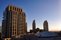 Alto grattacielo residenziale illuminato mentre bella sera Immagine Stock Libera da Diritti