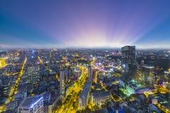 Alto horizonte de Saigon de la visión cuando zonas urbanas de la puesta del sol coloridas Fotos de archivo