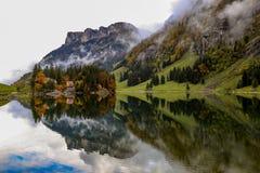 Alto lago alpino en Suiza Foto de archivo libre de regalías