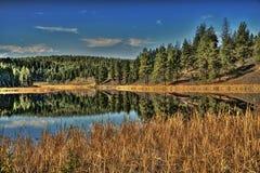 Alto lago mirror del país imagen de archivo