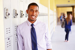 Alto maestro di scuola maschio Standing By Lockers fotografia stock