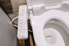 Alto moderno - toalete da tecnologia com o bidê eletrônico em Tailândia bacia de toalete do estilo de japão, alta-tecnologia fotos de stock royalty free