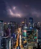 Alto modo di traffico principale sotto la pioggia e la tempesta Immagini Stock