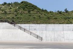 Alto muro de cemento fotos de archivo