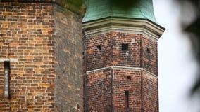 Alto muro di mattoni della fortezza medievale, fortificazione antica per protezione della città archivi video