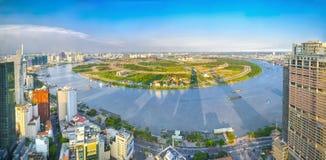 Alto orizzonte di Saigon di vista di panorama quando il sole splende giù urbano fotografia stock libera da diritti