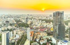 Alto orizzonte di Saigon di vista quando il sole splende giù urbano immagine stock