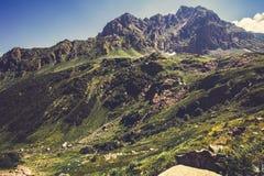 Alto paesaggio del cielo blu e di Rocky Mountains Fotografia Stock Libera da Diritti