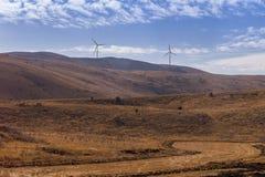 Alto paisaje de la colina con las turbinas de viento imagen de archivo libre de regalías
