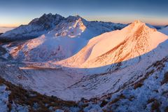 Alto panorama de la cordillera de Tatras del invierno con muchos picos y cielo claro de Belian Tatras Día soleado encima de las m fotografía de archivo libre de regalías