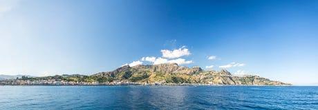 Alto panorama del res de montañas y de la bahía hermosa en el mediterráneo fotos de archivo libres de regalías