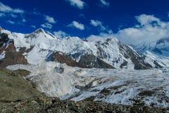 Alto panorama della montagna della neve di Inylchek del sud in Tian Shan Fotografia Stock Libera da Diritti
