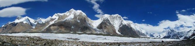 Alto panorama della montagna della neve di Inylchek del sud in Tian Shan Immagini Stock Libere da Diritti