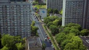 Alto panorama verticale della città moderna con la strada, i grattacieli e Cunstruction stock footage