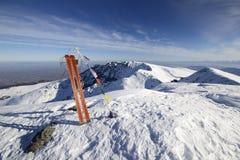 Alto para arriba por el esquí de la zona remota fotografía de archivo libre de regalías