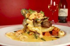 Alto plato empilado gastrónomo de lujo del restaurante Imagen de archivo