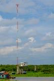 Alto polo de teléfono debajo del cielo azul alrededor de Tonlesap, Camboya Fotografía de archivo