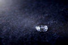 alto primo piano del dettaglio di goccia scintillante di acqua sulla lana blu scuro del boild - umore della luce intensa con le o fotografie stock libere da diritti