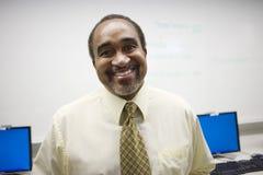 Alto profesor de escuela In Computer Lab Imágenes de archivo libres de regalías