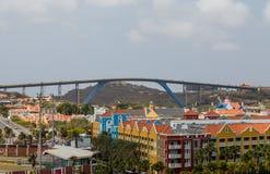 Alto puente sobre centros turísticos en Curaçao Fotografía de archivo