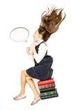 Alto punto de vista de la niña que se sienta en los libros y el grito Fotografía de archivo libre de regalías