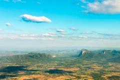 Alto punto di vista con l'ombra di goccia della nuvola nella città Fotografia Stock Libera da Diritti