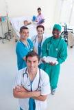 Alto punto di vista del gruppo di medici con un bambino in base Fotografie Stock