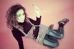 Alto punto di vista della ragazza teenager sospettosa Fotografia Stock Libera da Diritti