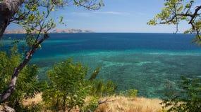 Alto punto di vista panoramico che esamina l'orizzonte tropicale dell'oceano del turchese Immagine Stock