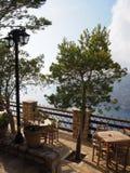 Alto restaurante del acantilado en el punto de opinión de la puesta del sol imagenes de archivo