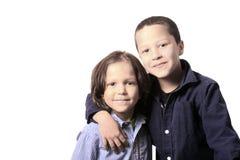 Alto retrato dominante de dos hermanos o amigos Imagenes de archivo