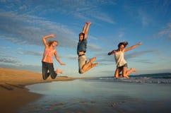 Alto salto brioso di anni dell'adolescenza Immagini Stock Libere da Diritti