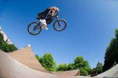 Alto salto di BMX immagine stock
