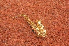 Alto Saxophone de oro en el bosque en el pie del monte Etna T foto de archivo libre de regalías