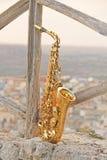 Alto Saxophone de oro en el fondo de la naturaleza y de la ciudad fotografía de archivo libre de regalías