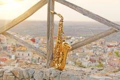 Alto Saxophone de oro en el fondo de la naturaleza y de la ciudad fotos de archivo libres de regalías