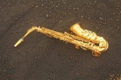 Alto Saxophone Lies de oro en el fondo negro Romántico y imagen de archivo libre de regalías