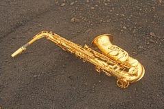 Alto Saxophone Lies de oro en el fondo negro Romántico y fotografía de archivo libre de regalías