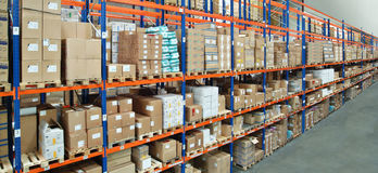 Alto scaffale in magazzino Fotografie Stock Libere da Diritti
