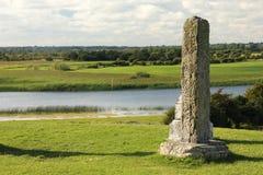 Alto shannon del norte de la cruz y del río. Clonmacnoise. Irlanda Imagen de archivo