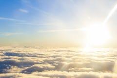 alto sobre el sol y las nubes Foto de archivo