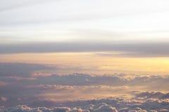 Alto sobre las nubes con la luz hermosa de la puesta del sol Fotos de archivo libres de regalías