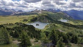 Alto sobre o canadense Montanhas Rochosas foto de stock